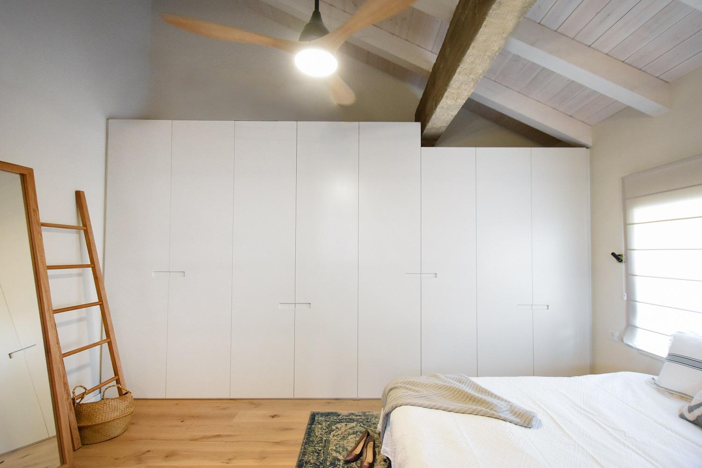 ארון בגדים לבן אסימטרי צמוד לקיר