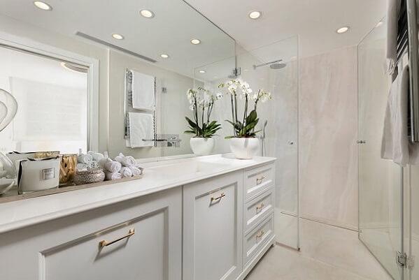 ארון אמבטיה לבן בסגנון כפרי