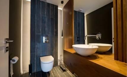 ארון אמבטיה מעץ אלון בשילוב חיפוי קיר מעץ גושני