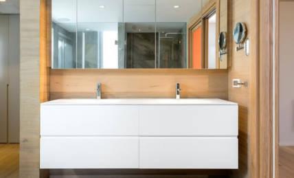 ארון אמבטיה צבע בתנור בשילוב חיפוי קיר מעץ גושני