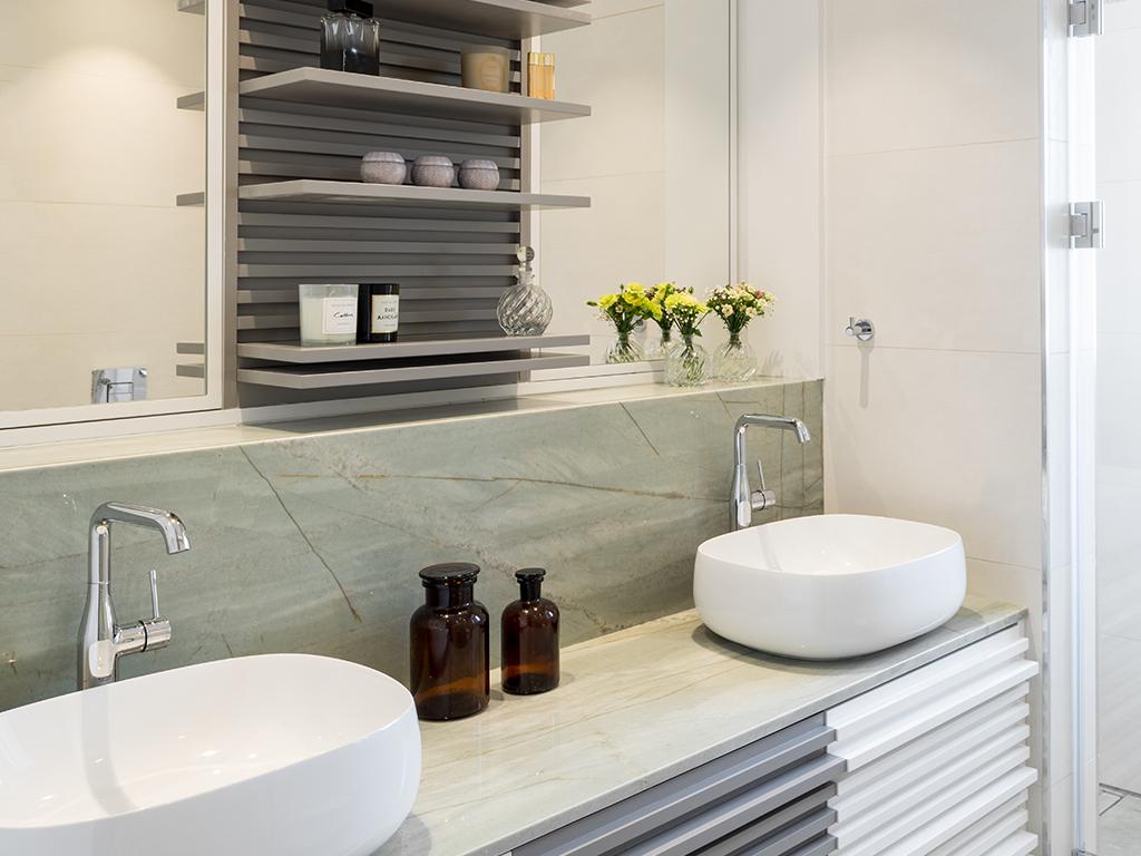 ארון אמבטיה וחיפוי קיר