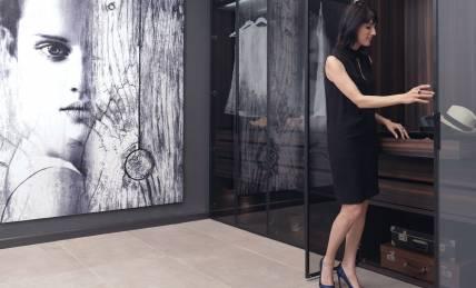 אישה פותחת מגירה בארון פתיחה