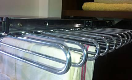 מתלה לבגדים בתוך הארון