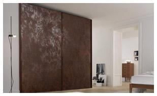 ארון הזזה בעיצוב ייחודי עם דלתות פורצלן