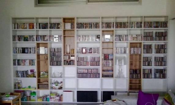 ספריית כוורת ענקית לסלון בצבע לבן