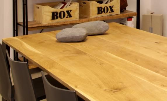 שולחן ישיבה במטבח הכולל מדפים