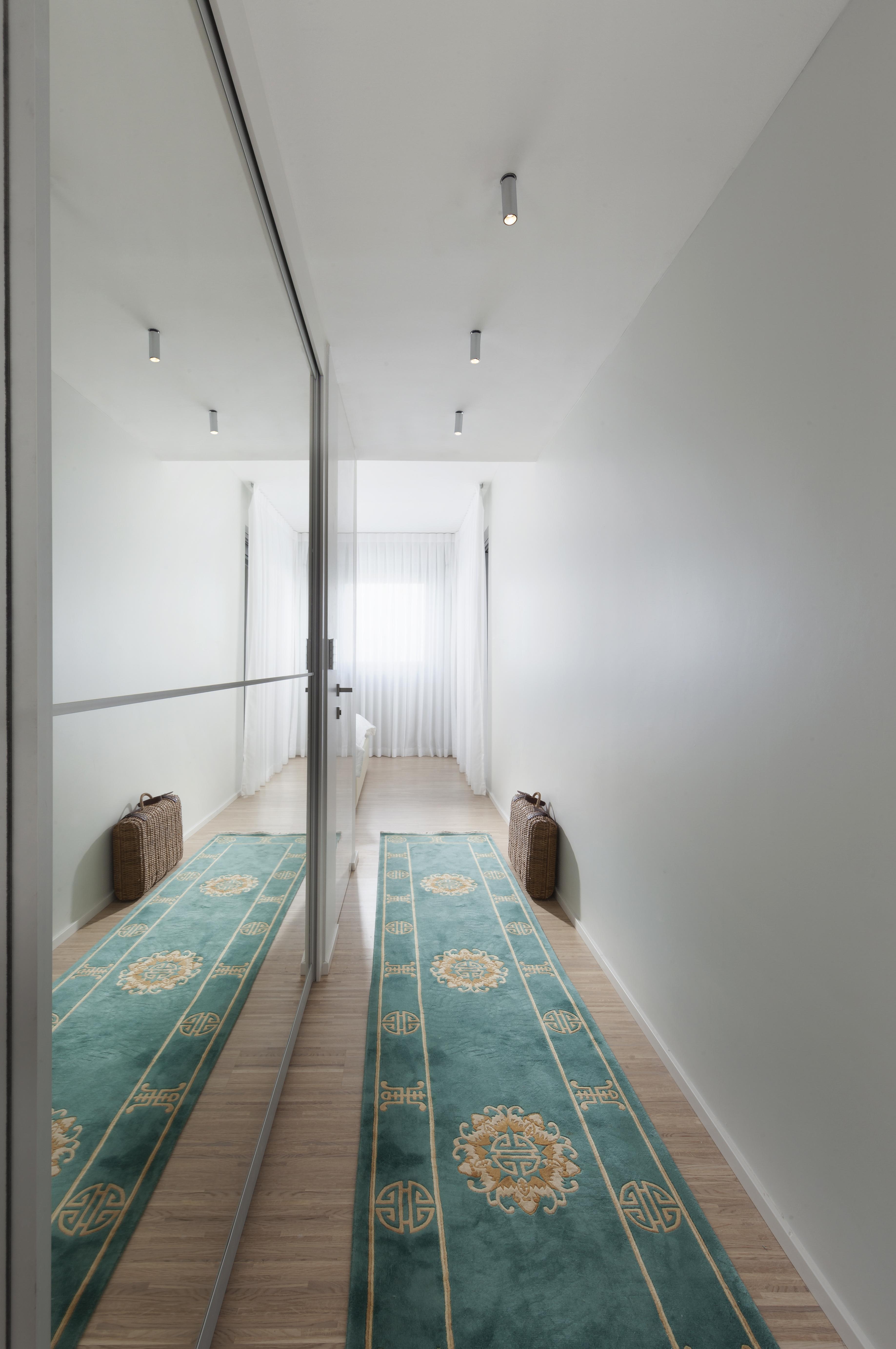מסדרון לחדר אמבטיה