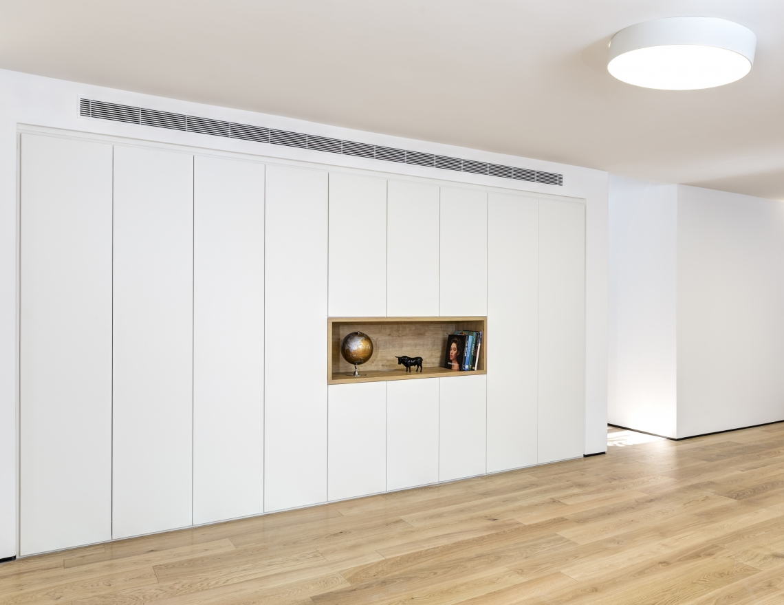 חיפוי קיר בצע לבן בפרויקט של שחר אדריכלים