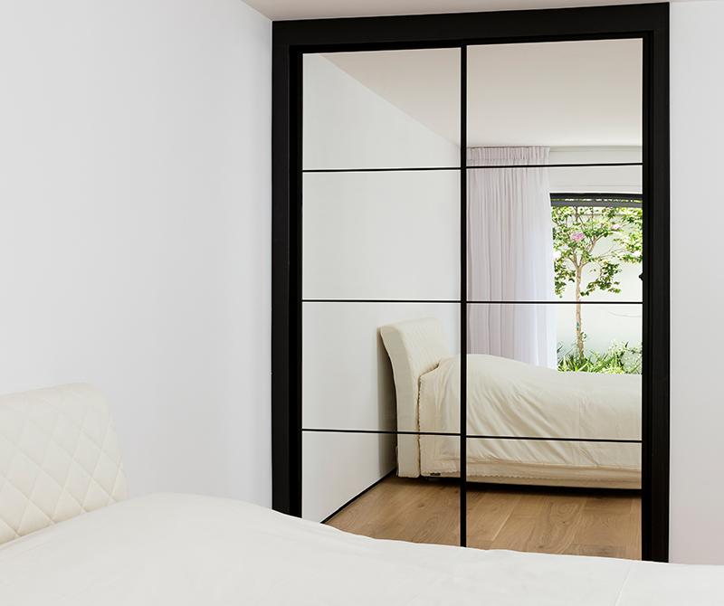 ארון הזזה עם מראה מעוצב הכולל מסגרות מרשימות