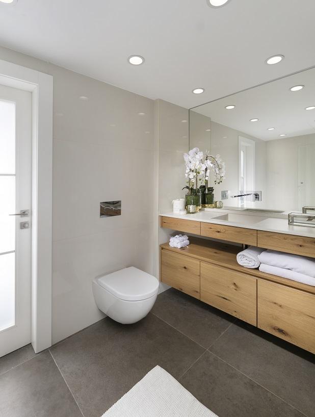ארון אמבטיה מחולק מעץ מלא