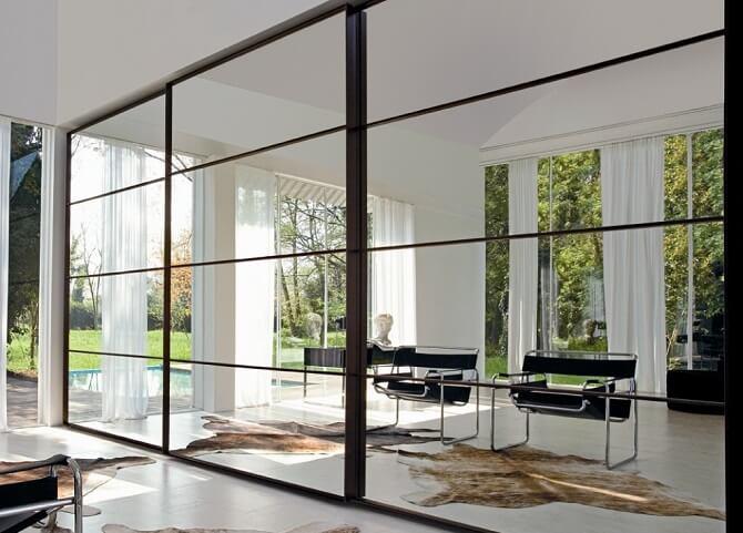 ארון הזזה עם מראה מעוצב הכולל מסגרות יפיפות