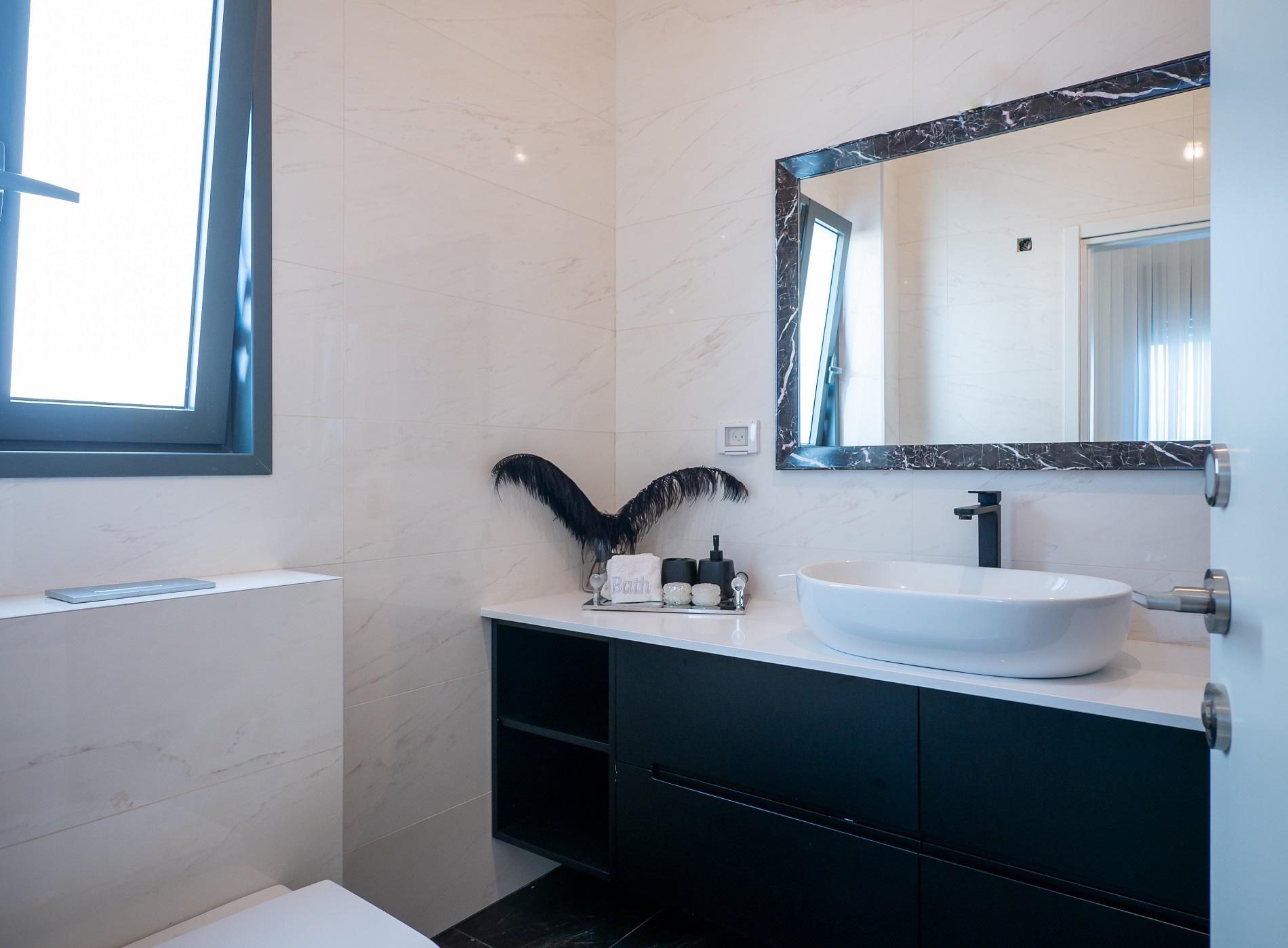 ארון אמבטיה שחור עם חלק פתוח